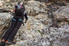 Stigande bergvägg för alpinist Royaltyfri Foto