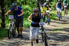 Stigande cyklist på fötter Royaltyfri Foto