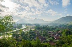 Stigande landskapdagsljus på bygden En stad under den gröna dalen Royaltyfria Bilder