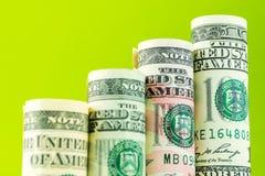Stigande moment som göras av rullar av den mest värderade amerikanska sedeln för dollar fyra Arkivfoton