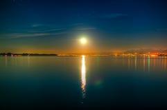 Stigande Moon Royaltyfri Foto