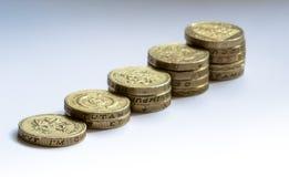 Stigande rad av mynt för brittiskt pund Royaltyfri Fotografi