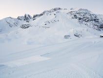 Stigande snöig krökt bana för berg Royaltyfria Foton