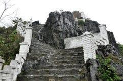 Stigande stentrappuppgång till den Hang Mua pagoden, Ninh Binh, Vietnam royaltyfri fotografi