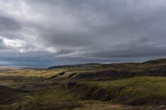Stigande väg bland kullarna Arkivfoto