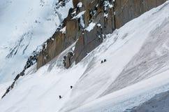 Stigande väg upp till Aiguille du Midi för klättrare med detaljer Arkivfoto