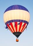 stigande white för blå red för ballong Royaltyfri Bild