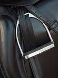 Stigbygel på dressyrsadeln close upp Royaltyfria Foton