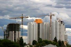 stiger höga hus för lägenhetkonstruktion under Royaltyfri Bild