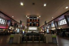 Stiger ombord den huvudsakliga korridoren för den Montreal centralstationen med dess avvikelser och ankomster Det är järnvägsstat royaltyfri fotografi