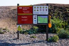 Stiger ombord nöd- anvisningar för den Cuckmere tillflyktsorten Säkerhetsanvisningar för coastguard Turism- och säkerhetsbegrepp arkivfoto