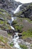 Stigfossen nombrado cascada, cierre por el camino famoso de Trollstigen Imagen de archivo libre de regalías