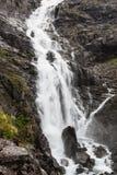 Stigfossen nombrado cascada, cierre por el camino famoso de Trollstigen Fotos de archivo