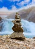 Stigfossenwaterval en stenenstapel - Noorwegen Stock Afbeelding