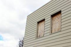 Stigit ombord upp fönster av övergiven byggnad Arkivfoto
