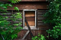 Stigit ombord upp fönster i det gamla huset Arkivbilder