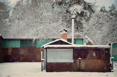 Stigit ombord upp hus i vinter parkera Royaltyfri Bild