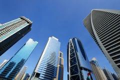 Stigning av skyskrapor av Jumeirah sjön står högt i Dubai royaltyfri fotografi