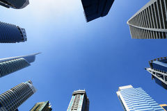 Stigning av skyskrapor av Jumeirah sjön står högt i Dubai royaltyfri foto