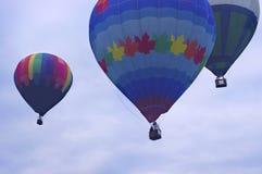 Stigning för ballonger för varm luft arkivfoto