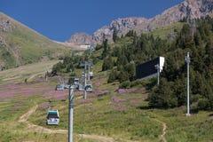 Stigning för kabelbil till överkanten av berget royaltyfria foton