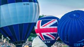 Stigning för tre blå ballonger arkivbild