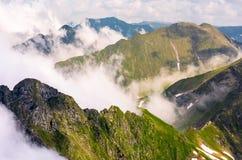 Stigning fördunklar över de Fagaras bergen arkivfoto