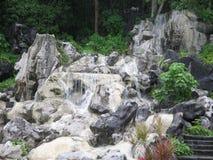 Stigning från en liten tropisk vattenfall royaltyfri fotografi