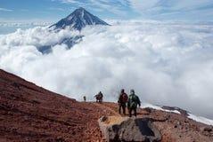 Stigning och nedstigning på överkanten av vulkan royaltyfri foto