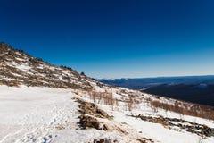 Stigning till berget Konzhak, nordliga Urals Ryssland royaltyfri foto