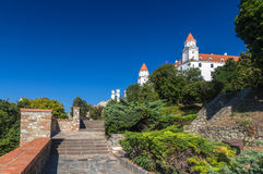 Stigning till den Bratislava slotten, Slovakien royaltyfria foton