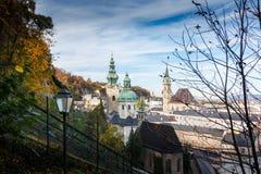 Stigning till den Hohensalzburg fästningen Ovanför taken av Salzburg arkivbild