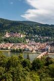 Stigning till filosof`-vägen med en sikt av den Heidelberg slotten och den gamla bron, Heidelberg, Baden Wuerttemberg royaltyfria bilder