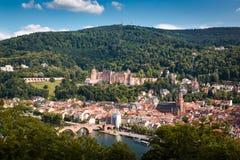 Stigning till filosof`-vägen med en sikt av den Heidelberg slotten och den gamla bron, Heidelberg, Tyskland arkivbild