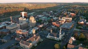 Stigningssolen börjar att tända upp i stadens centrum Lynchburg Virginia stock video