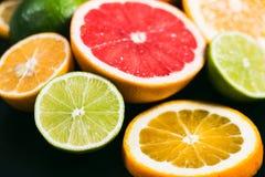 Stihli frais d'agrume Citrons, chaux, pamplemousse et orange sur un fond noir Images stock