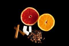 stiil Leben der Zitrusfrucht und des Kaffees auf schwarzem Hintergrund Lizenzfreie Stockfotografie