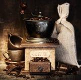 Stiill Leben mit antikem Kaffeeschleifer lizenzfreies stockfoto