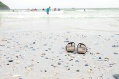 Stijg uw schoenen bij het strand op en ga zwemmend royalty-vrije stock foto