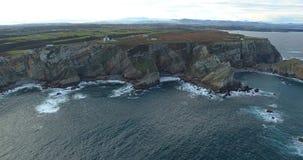 Stijgende beweging in een satellietbeeld die dichter aan de kustlijn met heel wat klippen worden stock videobeelden