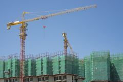 Stijgende mening van geprefabriceerde de bouw dekking door de groene netto, grote lange bewegende machine van de Torenkraan in bo royalty-vrije stock foto's