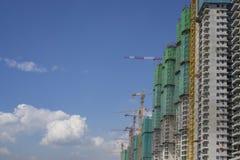 Stijgende mening van geprefabriceerde de bouw dekking door de groene netto, grote lange bewegende machine van de Torenkraan in bo stock foto's