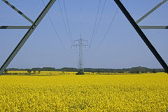 Stijgende mening van kabels op pyloon Stock Foto's