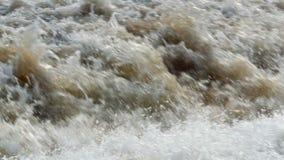 Stijgende stroom van woedende waterval stock video