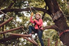 Stijging en jonge geitjesconcept Peuterkleuterschool De Activiteiten van de Ecotoevlucht Gelukkige kindjongen die terwijl het bek royalty-vrije stock fotografie