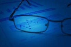 Stijging op grafiek met glazen op financiële grafiek en grafiek, Succes Stock Afbeelding