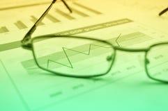 Stijging op grafiek met glazen op financiële grafiek en grafiek, Succes Stock Foto