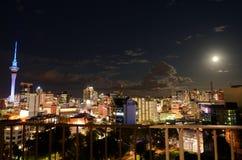 Stijging van de Supermoon de maanverduistering over de horizon Nieuw Zeeland van Auckland Royalty-vrije Stock Afbeelding