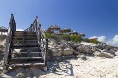 Stijging van het strand door een houten ladder royalty-vrije stock fotografie