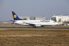 """Stijgt de Internationale Luchthaven †""""Lufthansa Boeing 737 van Frankfurt op Royalty-vrije Stock Fotografie"""
